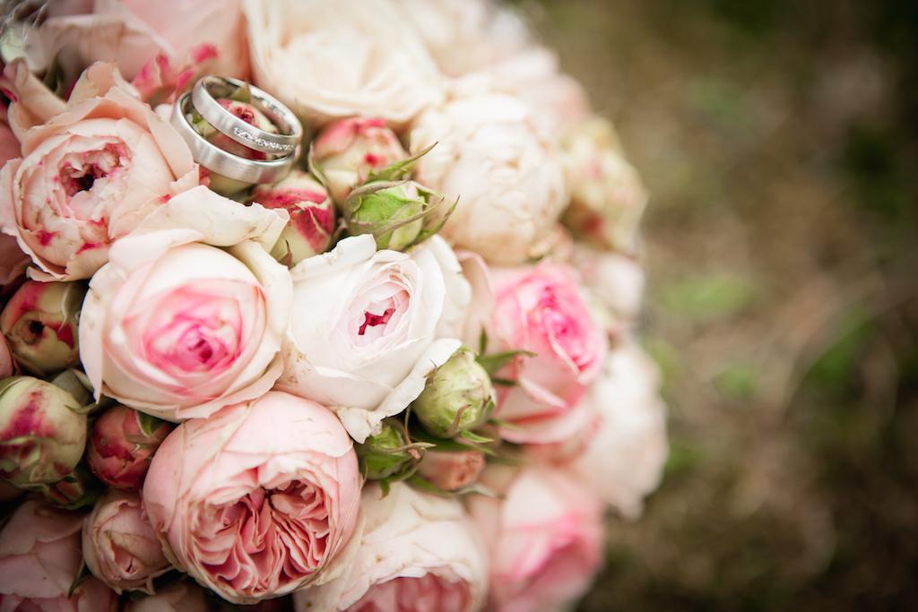 Hochzeit Fotograf Nidda Hochzeitsringe auf Brautstrauß